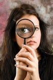 Ragazza con il magnifier fotografie stock