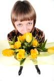 Ragazza con il mazzo dei tulipani gialli Immagini Stock