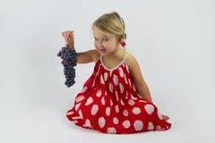 Ragazza con il mazzo di uva Immagine Stock