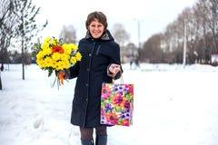 Ragazza con il mazzo nella via un giorno di inverno Fotografia Stock Libera da Diritti