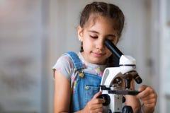 Ragazza con il microscopio Fotografia Stock Libera da Diritti
