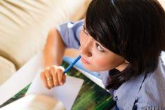 Ragazza con il mucchio di apprendimento di libri Fotografia Stock Libera da Diritti