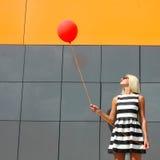 Ragazza con il pallone fotografie stock libere da diritti