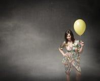 Ragazza con il pallone giallo a disposizione fotografie stock