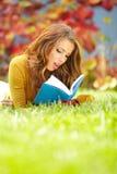 ragazza con il parco del libro in primavera Fotografie Stock Libere da Diritti