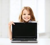 Ragazza con il pc del computer portatile alla scuola Immagine Stock Libera da Diritti