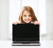 Ragazza con il pc del computer portatile alla scuola Fotografia Stock Libera da Diritti