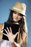 Ragazza con il pc del touchpad del lettore del libro elettronico del computer della compressa Immagine Stock