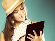 Ragazza con il pc del touchpad del lettore del libro elettronico del computer della compressa Fotografie Stock