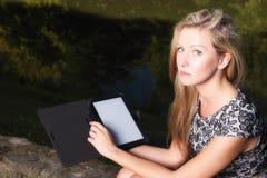 Ragazza con il pc del touchpad del lettore del libro elettronico del computer della compressa Immagine Stock Libera da Diritti
