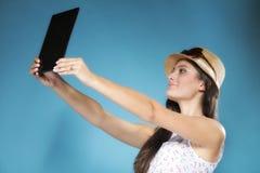 Ragazza con il pc del touchpad del lettore del libro elettronico del computer della compressa Immagini Stock Libere da Diritti