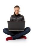 Ragazza con il PC sul pavimento Immagine Stock