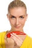 Ragazza con il pepe di peperoncino rosso Fotografie Stock