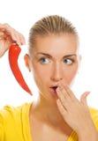 Ragazza con il pepe di peperoncino rosso fotografia stock libera da diritti