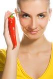 Ragazza con il pepe di peperoncino rosso Fotografia Stock
