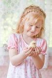 Ragazza con il piccolo pollo Fotografie Stock Libere da Diritti