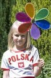 Ragazza con il pinwheel variopinto Fotografia Stock