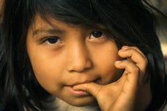 Ragazza con il pollice in bocca in Bolivia Fotografia Stock Libera da Diritti