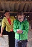 Ragazza con il pulcino, valle di PA del Sa, Vietnam Fotografia Stock Libera da Diritti