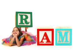 Ragazza con il RAM del blocchetto di alfabeto Fotografia Stock