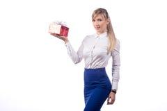 Ragazza con il regalo che posa su un fondo bianco isolato Immagini Stock