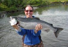 Ragazza con il salmone d'argento Immagini Stock