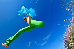 Ragazza con il salto di seta blu della sciarpa Fotografie Stock