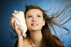 Ragazza con il seashell Fotografia Stock Libera da Diritti