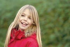 Ragazza con il sorriso lungo biondo dei capelli sull'ambiente naturale immagini stock