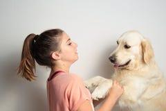 Ragazza con il suo cane Fotografie Stock