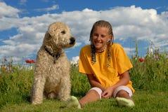 Ragazza con il suo cane di animale domestico Fotografie Stock Libere da Diritti