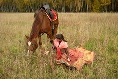 Ragazza con il suo cavallo nel campo Fotografia Stock Libera da Diritti