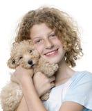 Ragazza con il suo cucciolo del barboncino di giocattolo (vecchio 9 settimane) fotografie stock libere da diritti