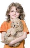Ragazza con il suo cucciolo del barboncino di giocattolo (vecchio 9 settimane) immagini stock libere da diritti