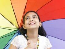 Ragazza con il suo ombrello grazioso immagine stock libera da diritti