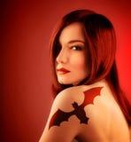 Ragazza con il tatoo del blocco Fotografie Stock