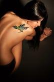Ragazza con il tatuaggio temporaneo colorato dipinto con le pitture per body art fotografia stock