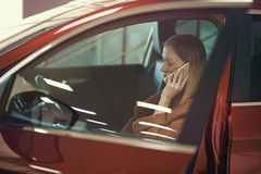 Ragazza con il telefono in automobile Immagine Stock Libera da Diritti