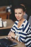 Ragazza con il telefono cellulare in caffè Fotografia Stock Libera da Diritti