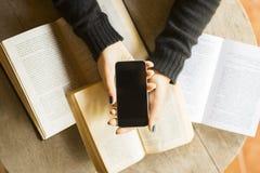 Ragazza con il telefono cellulare ed i libri Immagine Stock Libera da Diritti