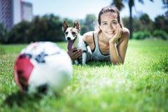 Ragazza con il terrier di Russel della presa fotografia stock libera da diritti