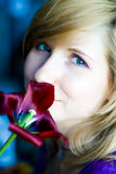 Ragazza con il tulipano rosso Fotografie Stock