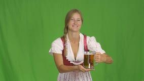 Ragazza con il vetro di birra su verde oktoberfest stock footage