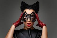 Ragazza con l'acconciatura dei corni nella maschera di cuoio Fotografia Stock