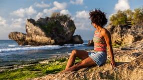 ragazza con l'acconciatura di afro alla spiaggia di Padang Padang fotografia stock libera da diritti
