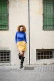 Ragazza con l'acconciatura di afro nel fondo urbano fotografia stock libera da diritti