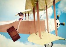 Ragazza con l'aereo dell'annata di volo della valigia Immagini Stock