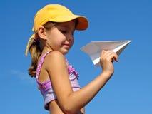 Ragazza con l'aereo di carta Immagini Stock