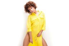 Ragazza con l'afro in vestito giallo Fotografie Stock Libere da Diritti