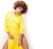 Ragazza con l'afro in vestito giallo Fotografia Stock